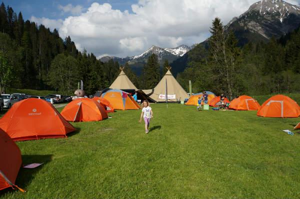 Zelten mit Bergblick und Riesentipi