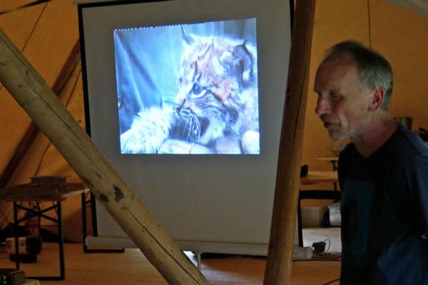 Peter Sürth begeistert mit seinen ERzählungen über Wolf, Luchs und Bär