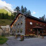 Almbetrieb und Schutzhütte in einem: die Neue Magdeburger Hütte