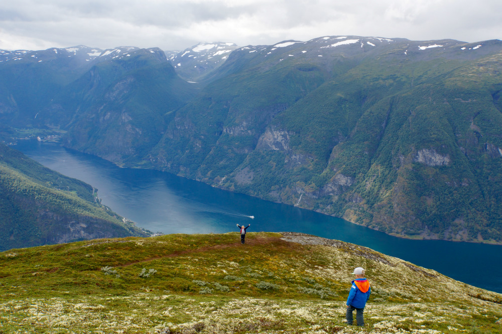 Hoch überm Nærøyfjord, Flåm im Hintergrund