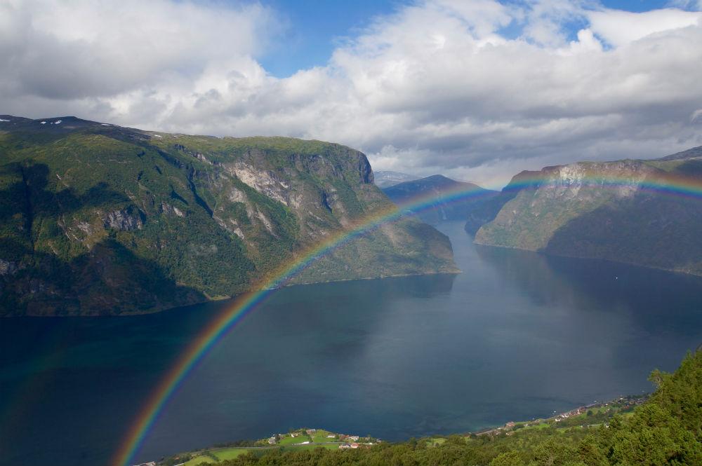 Regenbogen über dem Nærøyfjord, gesehen vom Stegastein